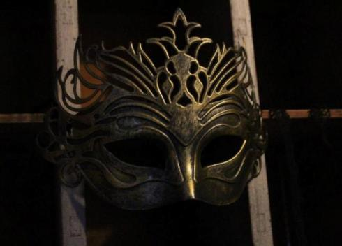 A mask featuring in the setting of exhibition, photo by Giorgio Miserendino