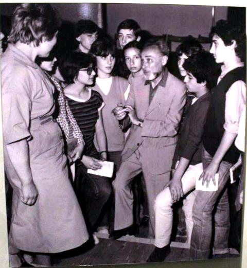 Primo Levi between the students of the Rosselli middle school, photo by Giorgio Miserendino