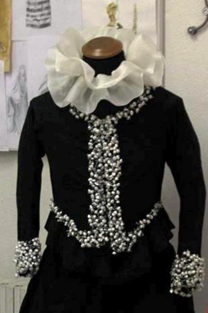A costume depicted on photo by Giorgio Miserendino,  from the  Rome Costume & Fashion Academy, reminding me...