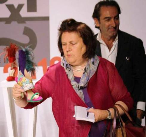 Suzy Menkes looking at the creations by Paul Andrew along with Beppe Angiolini, photo by Giorgio Miserendino