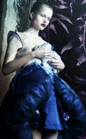Coppélia Pique, brand creato dalla brillante fashion designer francese Axelle Migé che unisce sartorialità, avveniristiche costruzioni e celebra un' assertiva, languida e teatrale femminilità, è protagonista della piattaforma virtuale Kiss Kiss Bank Bank per finanziare la sua sfilata durante la Settimana dell' Alta Moda di Parigi Haute Couture per presentare la collezione autunno/inverno 2014-2015. Pertanto cari FBFers unitevi a me e date il vostro modesto contributo per sostenere una brillante creativa!