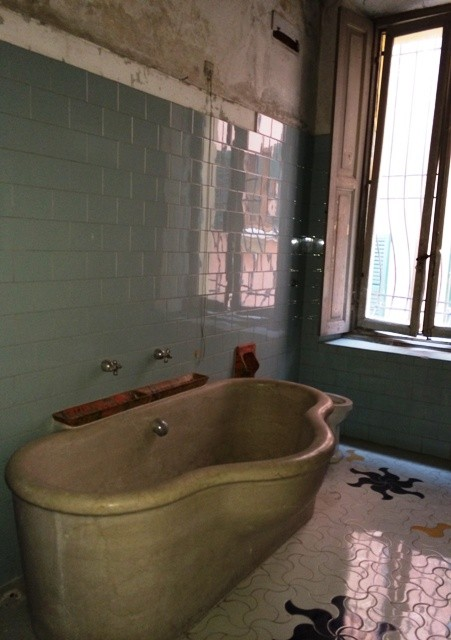 A sensual tub, photo by N
