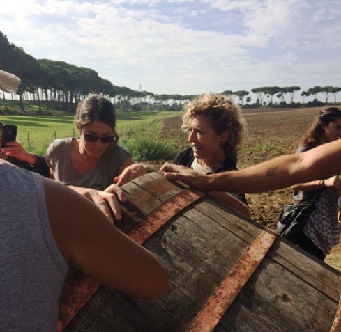 Ilaria Venturini giving the wheat seeds to the people, photo by N